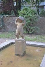 Skulptur Mädchen im Regen