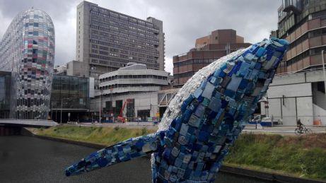 Wal aus Plastikmüll