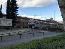 die Züge fahren durch die Stadt